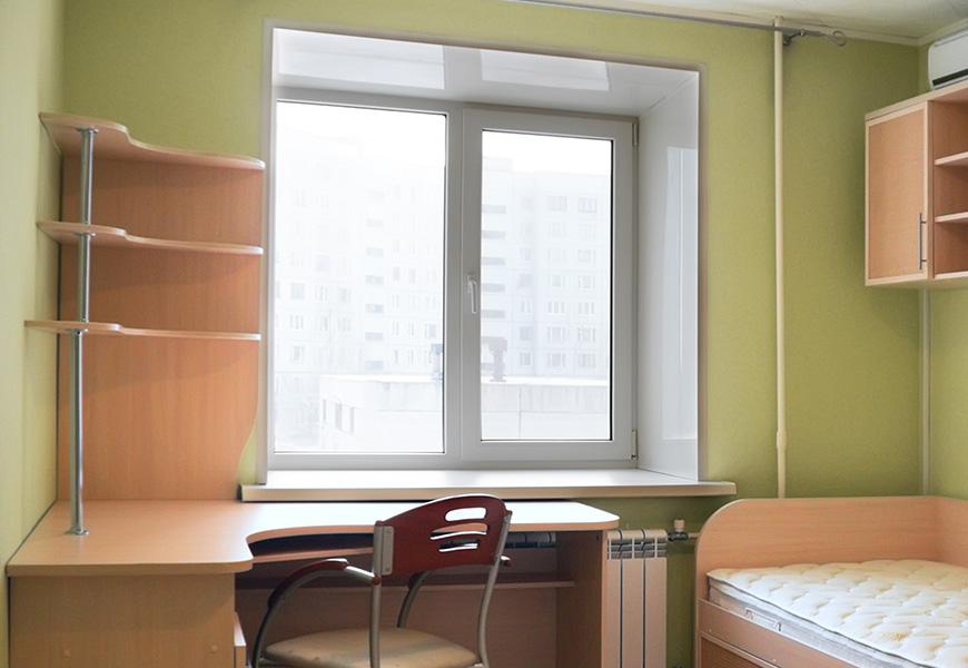 Двустворчатое окно в детскую с глянцевыми откосами ПВХ и подоконником Danke Лалберо Бьянко сатин